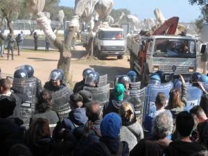 ++ Tap: polizia porta via manifestanti da cantiere ++
